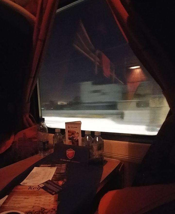 نگاه از پنجره کوپه گرم قطار به هوای سرد بیرون