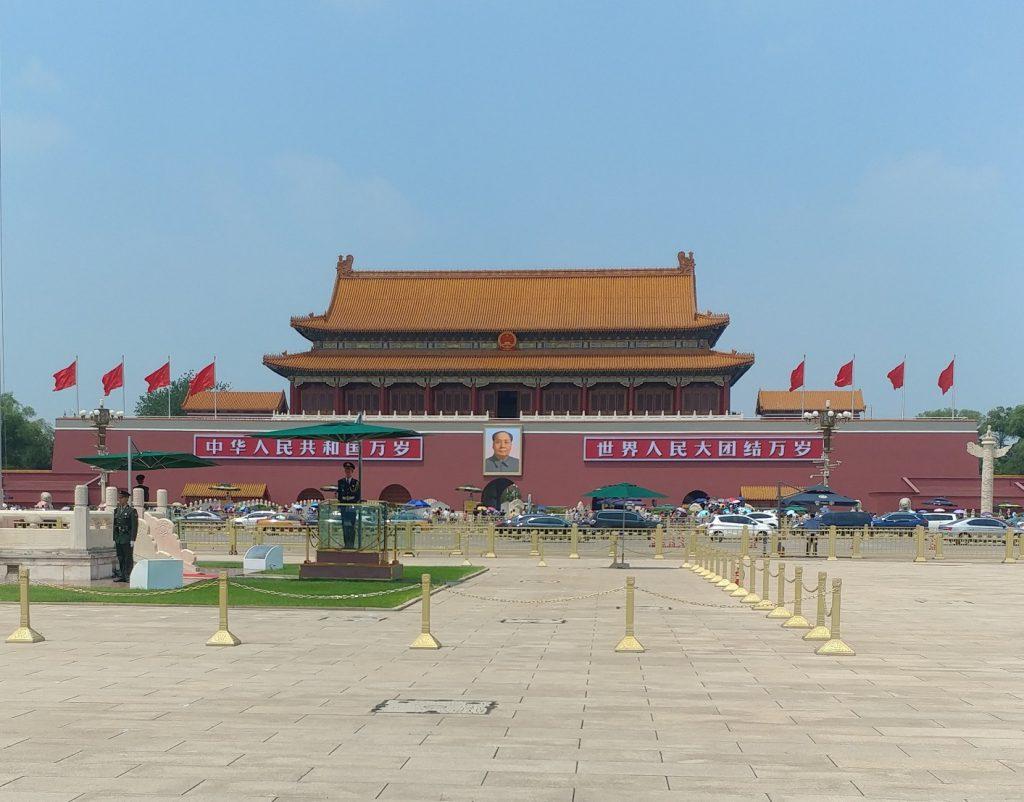 میدان تیان آن من و تصویر مائو زدونگ معروف