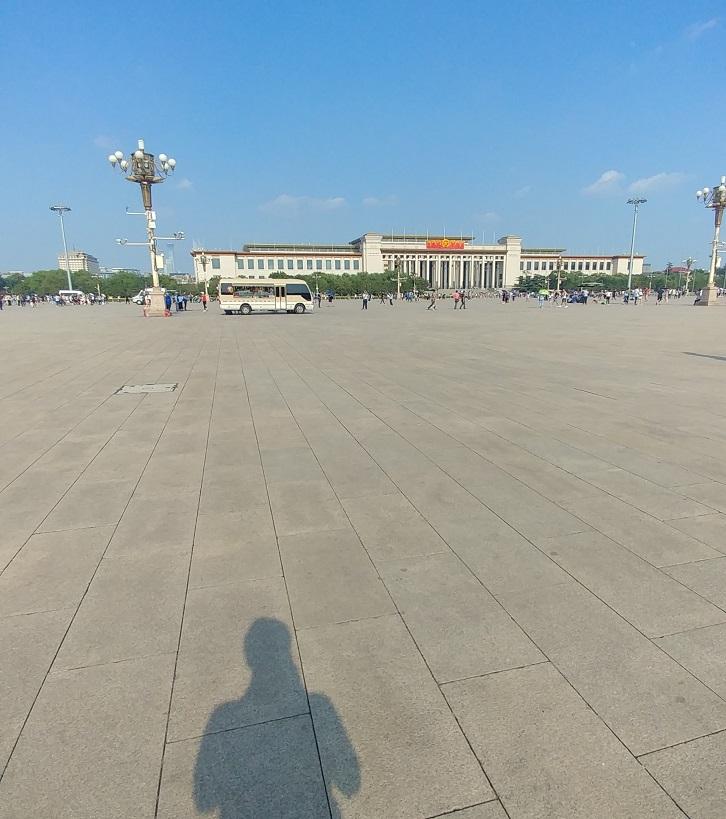فضای وسیع میدان تیان آن من زیر آفتاب