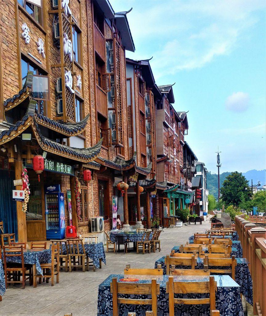 وولینگیوآن، شهرستانی که خارج از شهر ژانگجیاجیه بود، رنگارنگ ترین مقصد من در کل سفرم به چین بود.