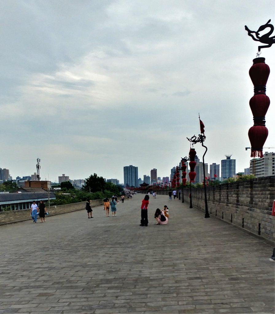 دور تا دور شهر شی آن با دیوار بزرگی به شکل مربع احاطه شده و میشه رو این دیوار قدم زد و دوچرخه سواری کرد.