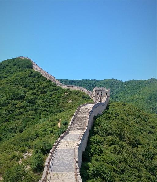 دیوار بزرگ چین در میان تپه های سبز