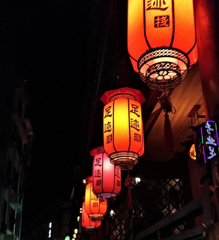 لوستر های قرمز رنگ نورانی چینی در شب