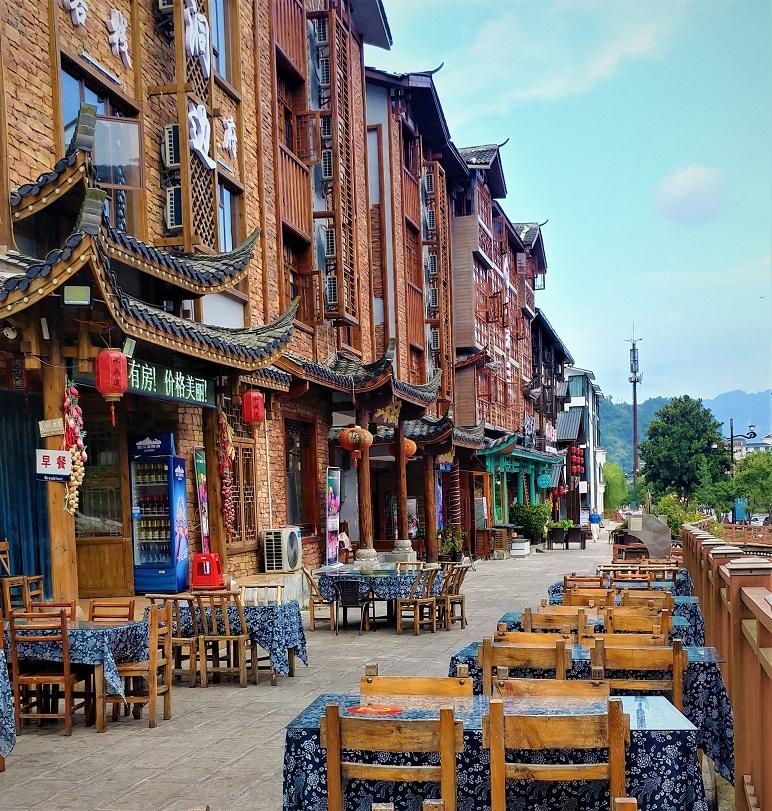 محوطه بیرونی یک رستوران رنگارنگ