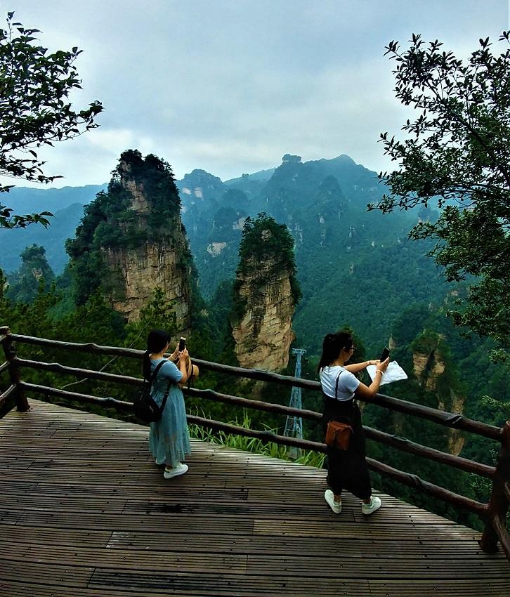 دو خانم در حال عکس برداری از کوه های ژانگجیاجیه